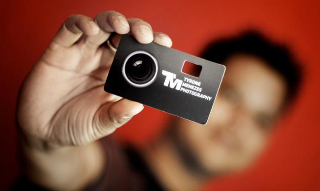 Gefunden hier: http://cardview.net/wp-content/uploads/2011/08/tyrone-menezes-photography-business-card-3.jpg